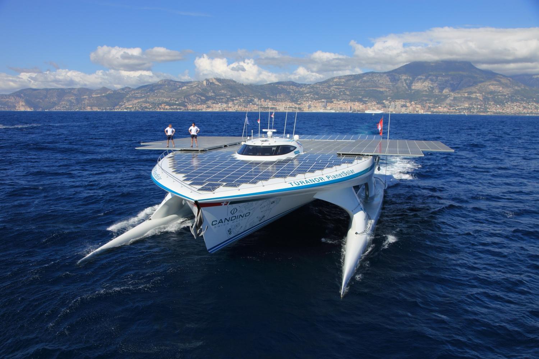Катамеранот абсорбира соларна енергија и вози