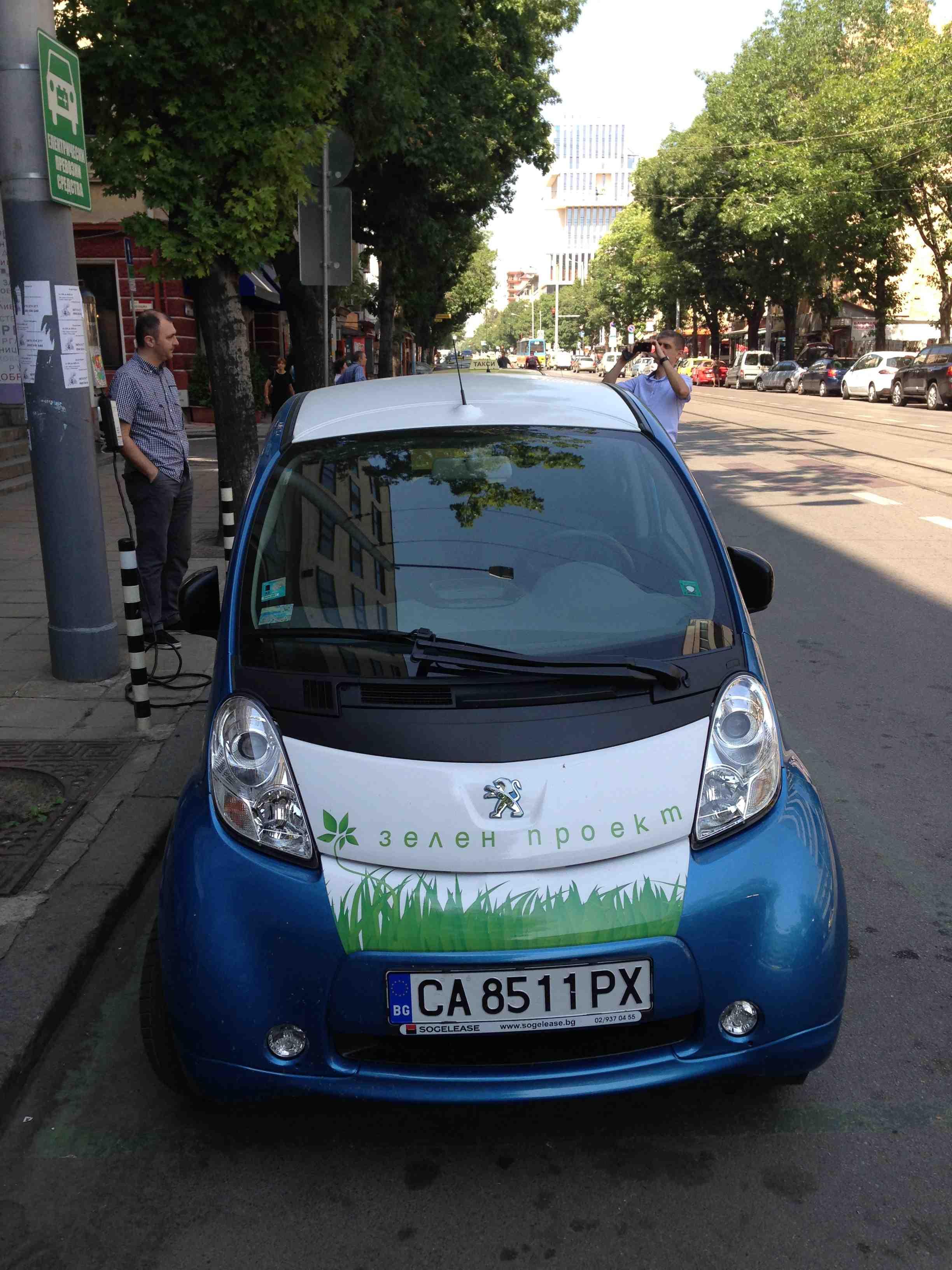 полнење на електрично возило со електро полнач монтиран на 220 волтна мрежа - 3kW 16A